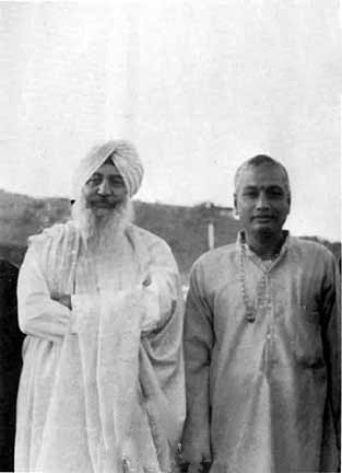 SiteFiles/photos/Swami Venkatesananda With Charan Singh